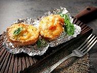 Печени пълнени картофи със сирене моцарела, сос от босилеково песто и пармезан на фурна